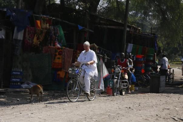 Frau Dr. Schimanowski- Thomsen mit ihrem Fahrrad /ihrem HPV auf dem Weg zum Matema Hospital